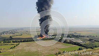 Vue aérienne La fumée noire monte dans le ciel Incendie devant la ville banque de vidéos