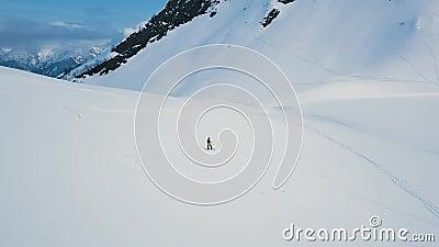 Vue aérienne sur le côté de la piste de snowboardeur masculin professionnel sur piste vide à la station de ski banque de vidéos