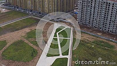 Vue aérienne sur le site pour le parc près du secteur de demeure moderne clips vidéos