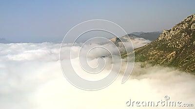 Vue aérienne. Un relief montagneux majestueux. Les pics rocheux dans les nuages banque de vidéos