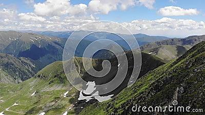 Vue au-dessus des montagnes de Fagaras Il inclut la jument et le Moldoveanu - la Roumanie de Vistea de crêtes banque de vidéos