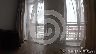 Vue d'hiver de fenêtre avec les meubles, les murs, la lampe blanche et les abat-jour, ondulant dans le vent clips vidéos