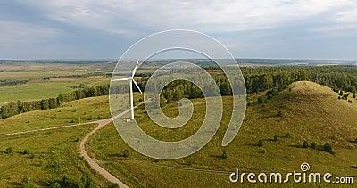 Vue d'un producteur alimenté par le vent en Russie Production d'électricité Énergie verte Technologie écologique banque de vidéos