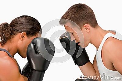 Vue de côté de deux boxeurs