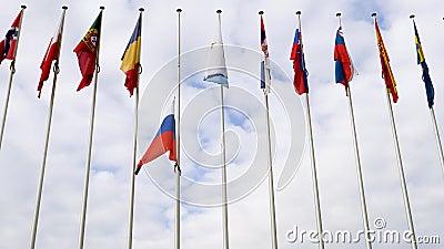 Vue de dessous de mi-mât de ondulation de drapeau de Fédération de Russie banque de vidéos