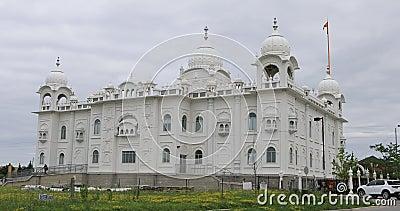 vue de 4K UltraHD de temple sikh de Gurdwara Dashmesh Darbar dans Brampton, Canada banque de vidéos