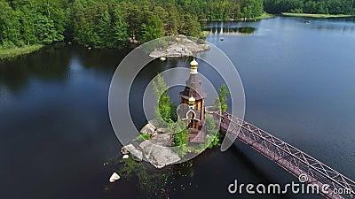 Vue de l'église de la vidéo aérienne de St Andrew Région de Léningrad, Russie banque de vidéos