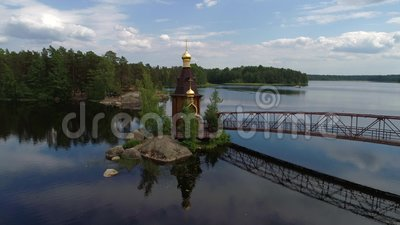 Vue de l'église de St Andrew sur la rivière de Vuoksa Région de Léningrad, Russie clips vidéos