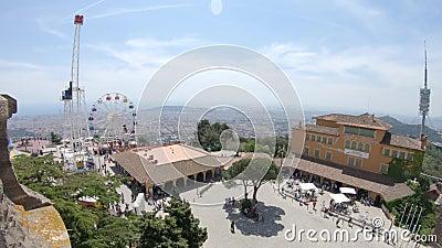 Vue de la grande roue et des attractions sur le bâti Tibidabo à Barcelone, Espagne clips vidéos