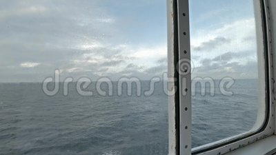 Vue de mer par le seau du navire banque de vidéos