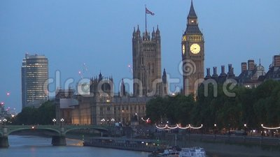 Vue de nuit avec le palais de Westminster et le grand Ben Tower Lighted à Londres en centre ville banque de vidéos