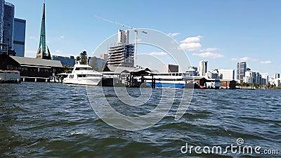 Vue de Perth CBD de ferry de rivière de cygne, Australie occidentale banque de vidéos