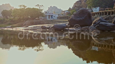 Vue de rivière calme à la vieille belle ville indienne sur la banque plate