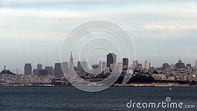 Vue de San Francisco Across Bay With Sailboat clips vidéos