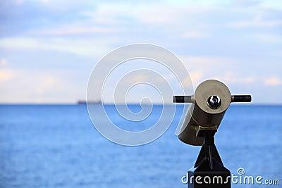 Vue de touristes de viseur de t?lescope de Ville-vue