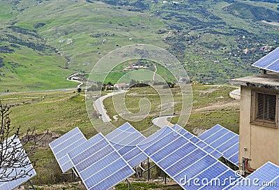 Vue des panneaux solaires dans les montagnes de Madonie