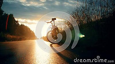 Vue en bas-angle de la route du coucher du soleil clips vidéos