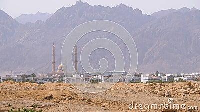 Vue panoramique de la mosquée dans le désert, les montagnes et les hôtels en Egypte, Sharm el Sheikh banque de vidéos