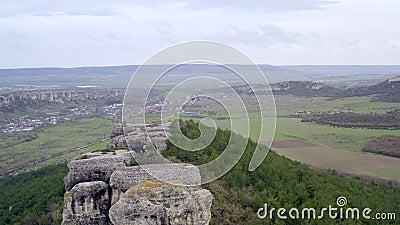 Vue panoramique de la ville de caverne dans les roches sur la falaise Monuments archéologiques banque de vidéos