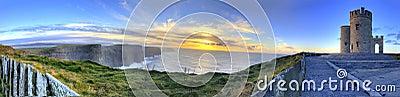 Vue panoramique des falaises de Moher au coucher du soleil.