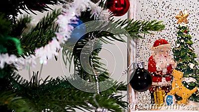 Vue rapprochée d'un arbre de Noël décoratif avec de petits jouets et la figure décorative du Père Noël Concept Noël banque de vidéos