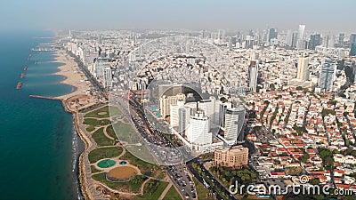 Vue a?rienne de vol au-dessus de Tel Aviv, Isra?l avec l'horizon de ville Tir ?pique au-dessus du bord de mer Tir a?rien stup?fia banque de vidéos