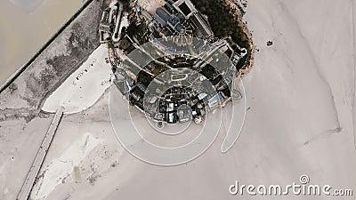 Vue supérieure aérienne stupéfiante indiquant la forteresse iconique d'île de Mont Saint Michel, point de repère historique épiqu clips vidéos