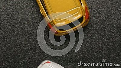 VUE SUPÉRIEURE : ACCIDENT DE VOITURE - voitures modèles de jouet se briser mouvement lent banque de vidéos