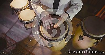 Vue supérieure de batteur de jazz jouant aux tambours banque de vidéos