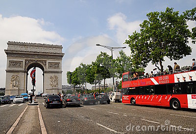 Vue voyant l excursion de bus Paris - Arc de Triomphe Photo stock éditorial