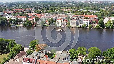Vuelo aéreo con vistas a la orilla del río en berlin koepenick germany almacen de video