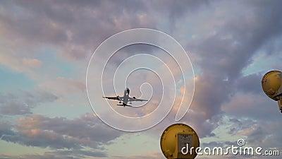 Vuelo en avión en cielo nublado nocturno. Aterrizaje de aeroplano en la c?mara lenta almacen de metraje de vídeo
