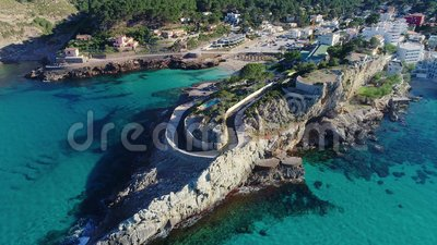 Vuelo sobre el hermoso mar en Mallorca almacen de metraje de vídeo