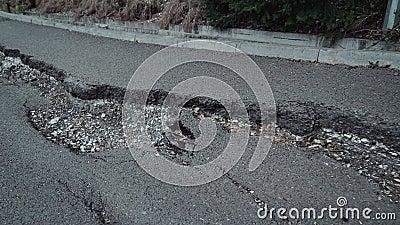 Vuelo sobre una grieta grande en el asfalto almacen de metraje de vídeo