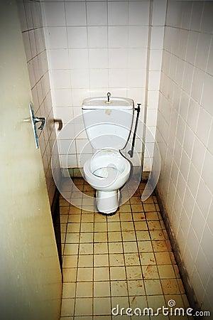 Vuil openbaar toilet