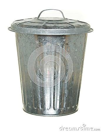 De vuilnisbak van het metaal met deksel, dat op witte grond wordt ...