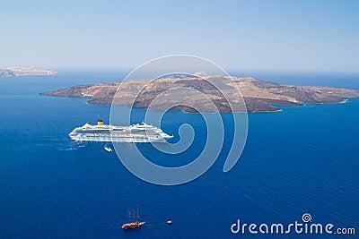 Vulcão do console de Santorini com balsa