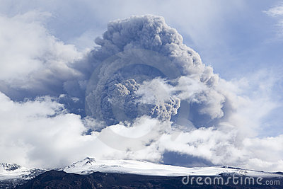 Vulkaanuitbarsting in de As van IJsland en blauwe Hemel Redactionele Foto