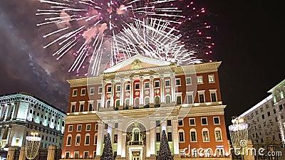 Vuurwerk over het de stadscentrum van Moskou en de Overheid die op Tverskaya-straat, Rusland voortbouwen stock videobeelden
