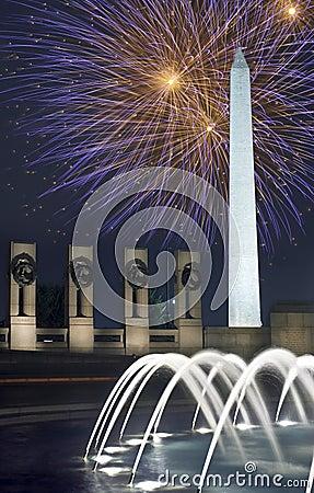 Vuurwerk over het Monument van Washington, gelijkstroom, bij Nacht