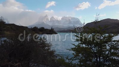 Vy över berget Cerro Payne Grande och Torres del Paine Patagoniens art lager videofilmer