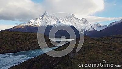 Vy över berget Cerro Payne Grande och Torres del Paine Trekking i patagonien bredvid berget Cerro Paine Grande lager videofilmer