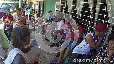 Wähler der 2019 Staatsangehöriger und Kommunalwahlen erleiden die lange kämpfende Reihe, welche die Sommerhitze aushält, die auße stock footage