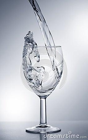 Wässern Sie das Fallen in Glas