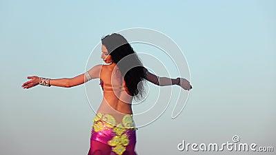 Würdevoller Tänzer gegen den Himmeltanzen-Bauchtanz in einer glänzenden Ausstattung stock video