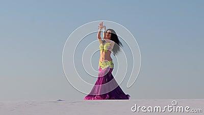 Würdevoller Tänzer gegen den Himmeltanzen-Bauchtanz in einer glänzenden Ausstattung stock video footage