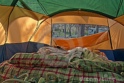 Wśrodku namiotu airbed camping