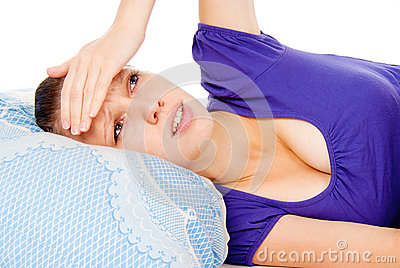 W łóżku dziewczyny lay, zimna
