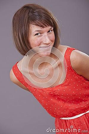 W czerwieni sukni rozochocona kobieta