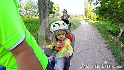 W dziecka ` s karle, dziecko jedzie bicykl swobodny ruch zdjęcie wideo